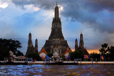wat arun: Wat Arun from the Chao Phraya