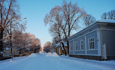 Rue couverte de neige dans une petite ville