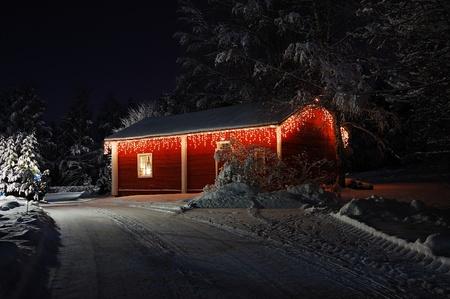 Turku, Finlande - 2 janvier: Petite maison en bois joliment d�cor�es avec des lumi�res de No�l le 2 Janvier 2010, � Turku, Finlande