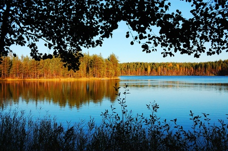 Picturesque autumn scenery on a lake in Finland Standard-Bild