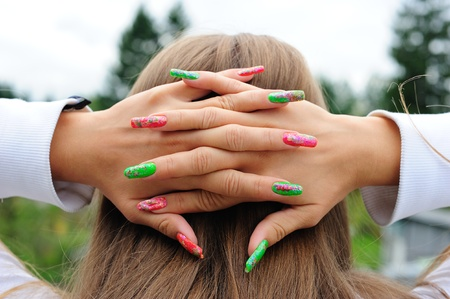 Jeune fille tenant ses belles mains derri�re la t�te.