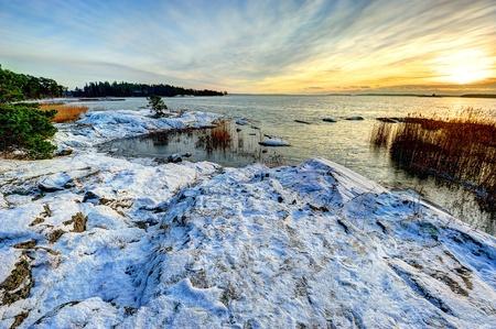 finland�s: Invierno puesta de sol en el mar B�ltico, en Finlandia Foto de archivo