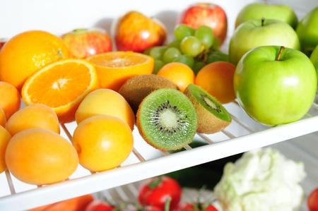 Les fruits frais sur une �tag�re d'un r�frig�rateur