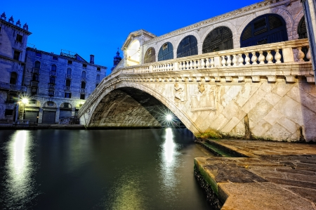 rialto bridge: View to Rialto Bridge in Venice at night