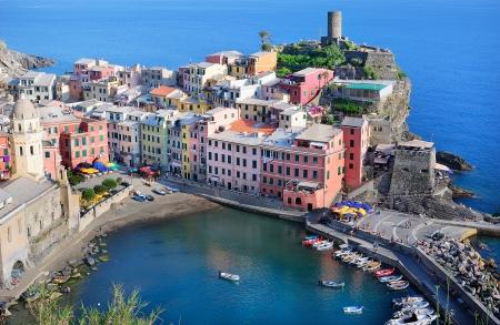 Belle vue sur Vernazza - un village dans le parc national des Cinque Terre, Italie