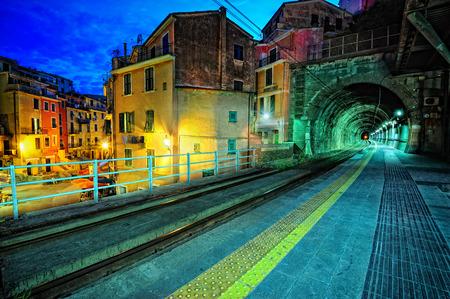 piattaforma del treno e un tunnel nel villaggio di Vernazza, Italia