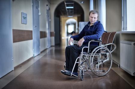 occhi tristi: Giovane paziente in una sedia a rotelle in ospedale Archivio Fotografico