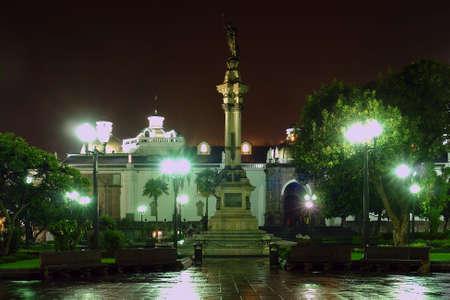 Estatua de Libertad, Plaza de la Independencia en la noche. Quito. Ecuador. América del Sur  Foto de archivo - 662085