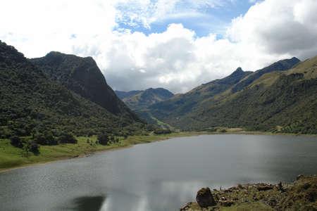 amerique du sud: Vue sur le lac de montagne. �quateur. Am�rique du Sud Banque d'images