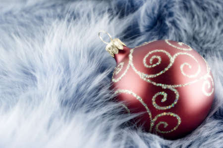 kerstbal rood: Red christmas ball on blue background Stockfoto