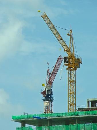 Deux grues sur le b�timent de construction sous