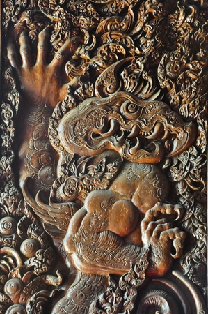 tallado en madera: Madera deseo de león simbólico como el fuego en la puerta del templo de Phra Singh, de Chiang Rai, Tailandia