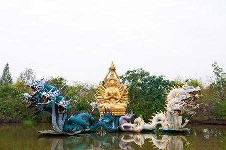 Statue de Bodhisattva avec dragon � Ancient City dans Samuprakarn, Tha�lande