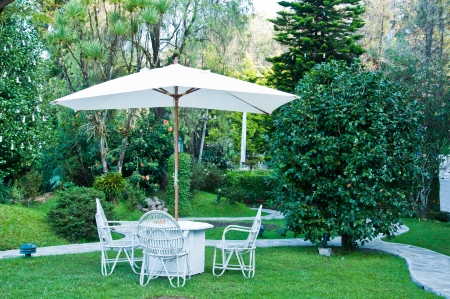Chaises dans le jardin