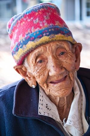 KALIMPONG, Sikkim, Inde - 29 octobre 2011: Une vieille dame sourit Non identifi�s � des visiteurs � Jamgon Kongtrul Eye Center � Kalimpong, Sikkim, en Inde. Ce centre prend soins de personnes �g�es pauvres et chevreau orphelin.
