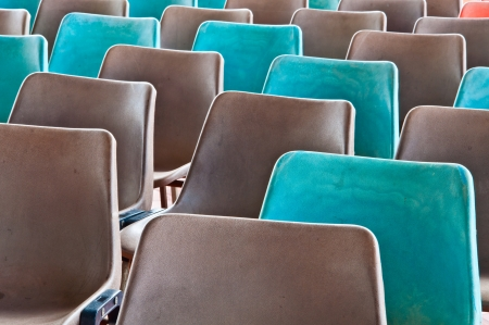Gris et vert vieux chaises en plastique Banque d'images