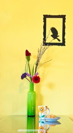 Doughstick avec vase vert sur la table Banque d'images