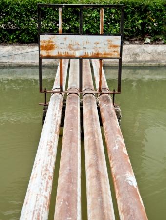 La cl�ture de signe sur le tuyau rouill� sur l'eau Banque d'images
