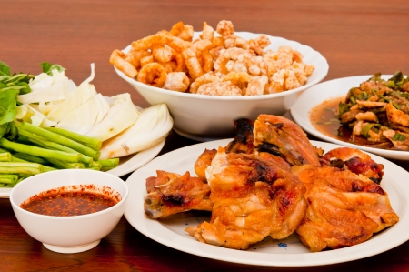 Le poulet grill� et porc frit avec des l�gumes dans un style tha�landais Banque d'images