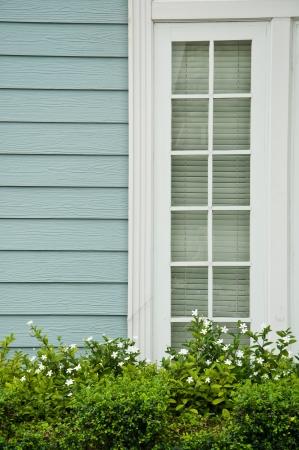 La maison en bois avec fen�tre blanche et fleur blanche en arri�re-plan Banque d'images