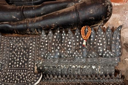 La guirlande s�ch� accrocher sur la base de noir assis stute de Bouddha en Tha�lande pour le respect
