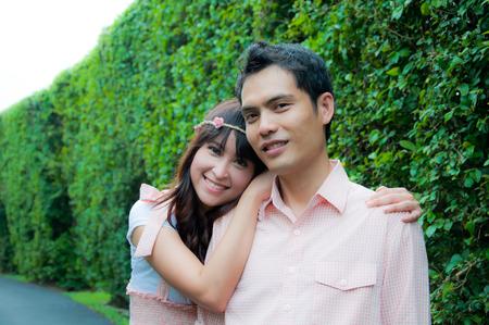 Portrait d'un couple heureux souriant � la cam�ra dans le jardin Banque d'images