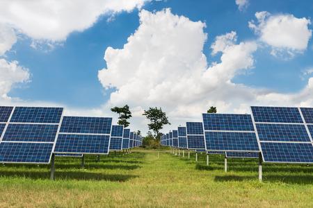 granja: El parque solar de la energ�a verde en el campo en Tailandia Foto de archivo