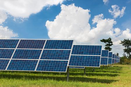 De zonne-boerderij voor groene energie in het veld in Thailand Stockfoto