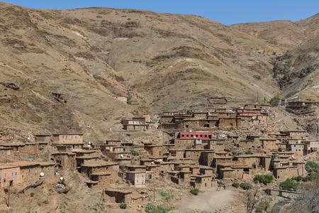 La maison marocaine traditionnelle faite � partir du sol sur la montagne au Maroc sur le chemin de Marrakech � Ouarzazate