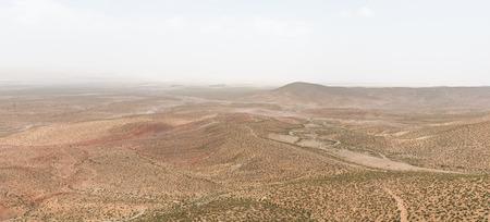 La vue panoramique de la montagne avec une petite route et un petit arbre sur Mars 2014, le chemin � Midelt Maroc