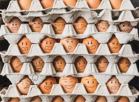 Het grappige egges met emotie als mensen leven in condominium Stockfoto