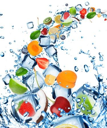 splash sinas: Vers fruit in water splash met ijsblokjes Stockfoto