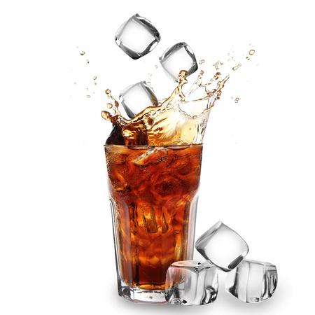 colas: Cola in vetro con cubetti di ghiaccio che cadono su bianco