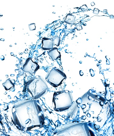 cubos de hielo: Salpicaduras de agua con cubitos de hielo Foto de archivo