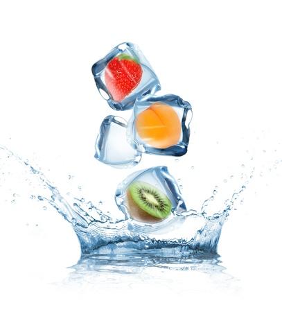 pi�as: Fruta en los cubos de hielo en movimiento