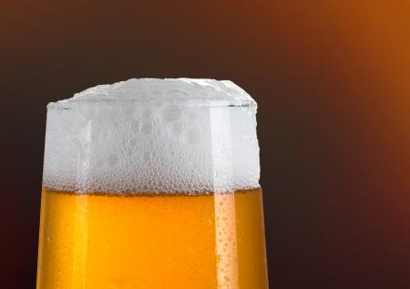 schwarzbier: Bier in ein Glas mit goldenem Hintergrund
