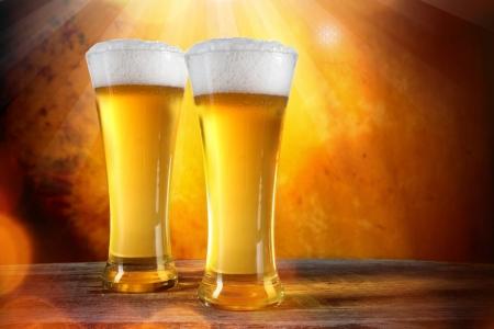 brouwerij: Bier in glazen met gouden achtergrond Stockfoto