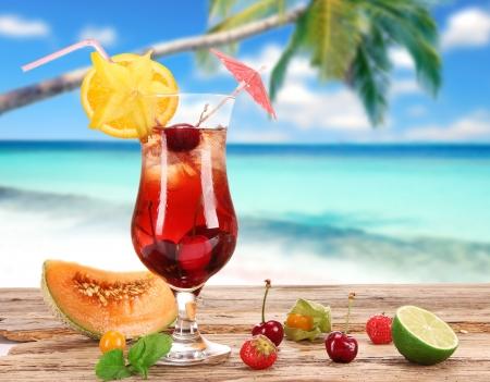 cocktail fruit: C�ctel de frutas en la playa