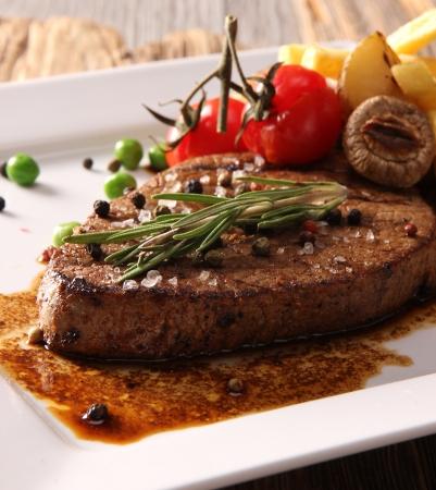 steak cru: Steak de boeuf grill� Banque d'images