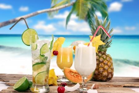 cocteles de frutas: Cócteles de frutas en la playa