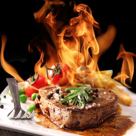 bistecche: Bistecca di manzo alla griglia con fiamme