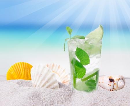 cocteles de frutas: Mojito cóctel en la playa Foto de archivo