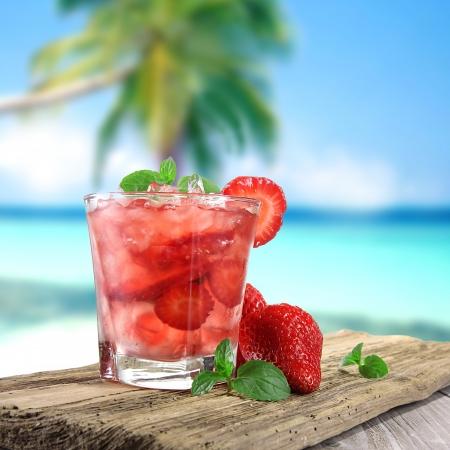 Cocktail di frutta sulla spiaggia Archivio Fotografico