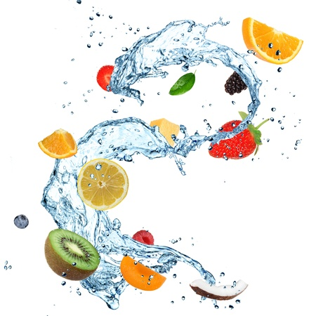 Fruit in Spritzwasser auf weißem
