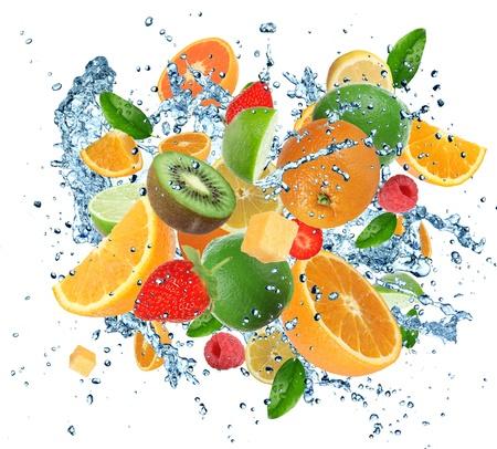jugo de frutas: Frutas frescas en chapoteo del agua, aisladas sobre fondo blanco