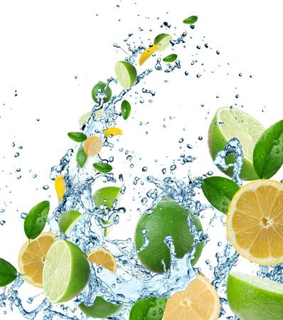 lima limon: C�tricos frescos en salpicaduras de agua Foto de archivo