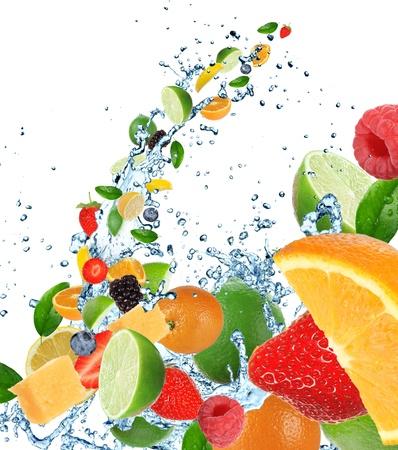 explodindo: Frutas frescas no respingo da