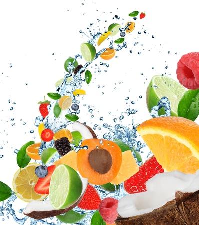 fr�chte in wasser: Frisches Obst im Wasser spritzen