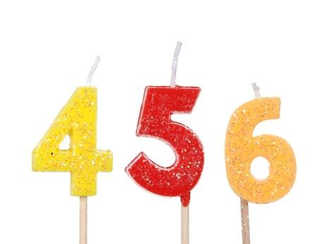 velitas de cumpleaños: Conjunto de velas de cumpleaños de colores aislados en blanco
