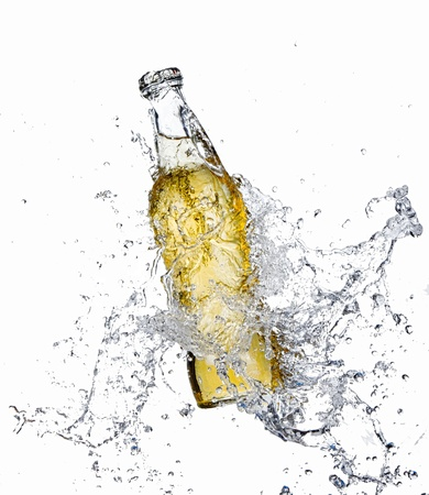 Bouteille de bière avec les projections d'eau